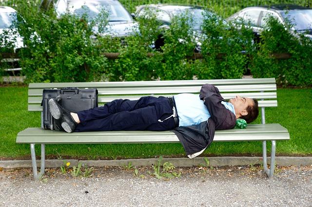 仕事中に眠いときの対処法。眠気コントロールで仕事効率を維持すべき!