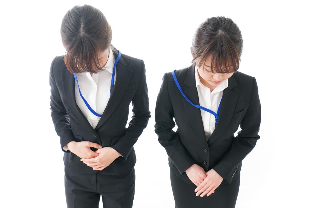 ビジネスマナーで、好印象のお辞儀は「手の位置」がポイント!